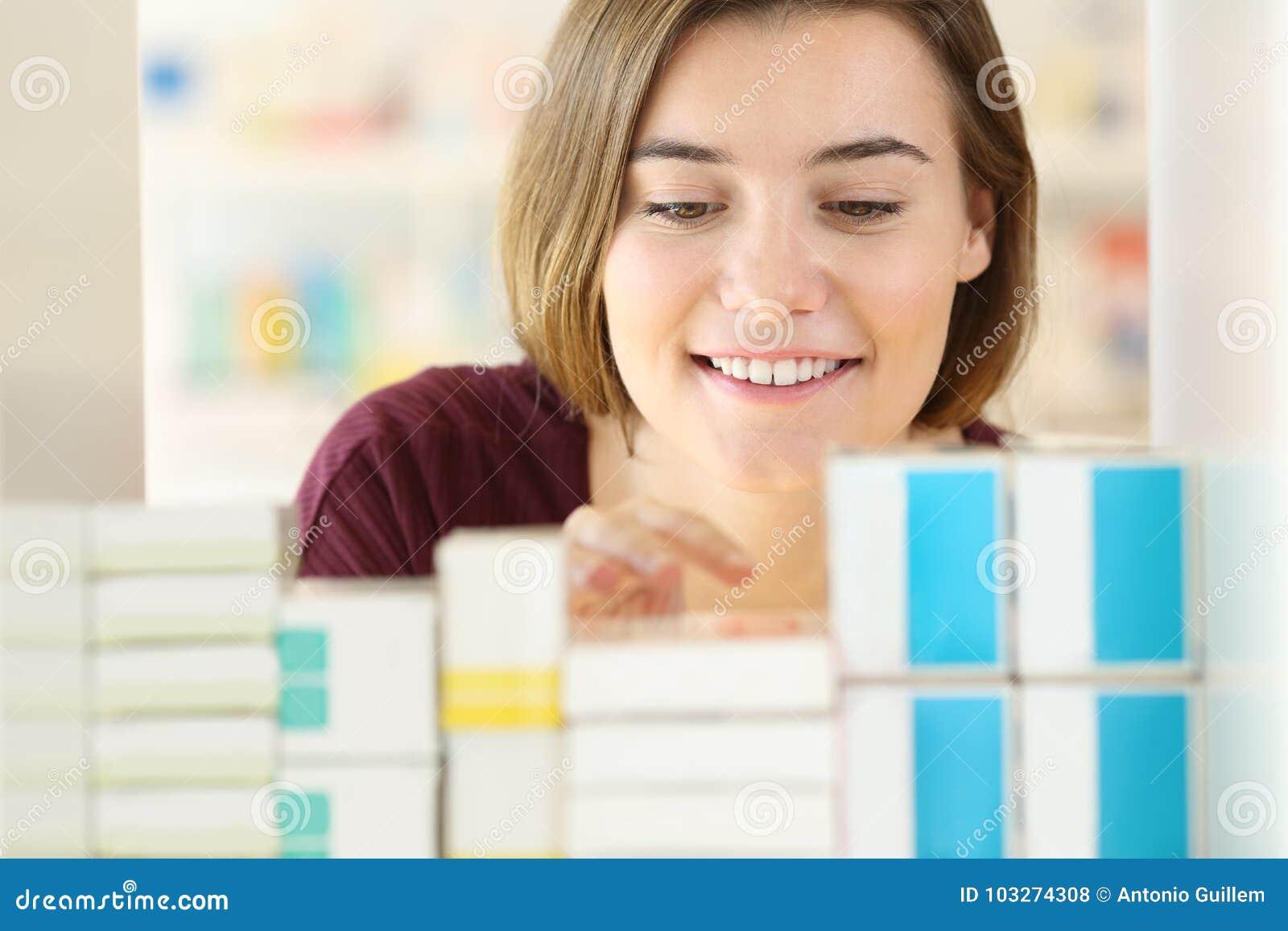 Kund som söker mediciner i ett apotek