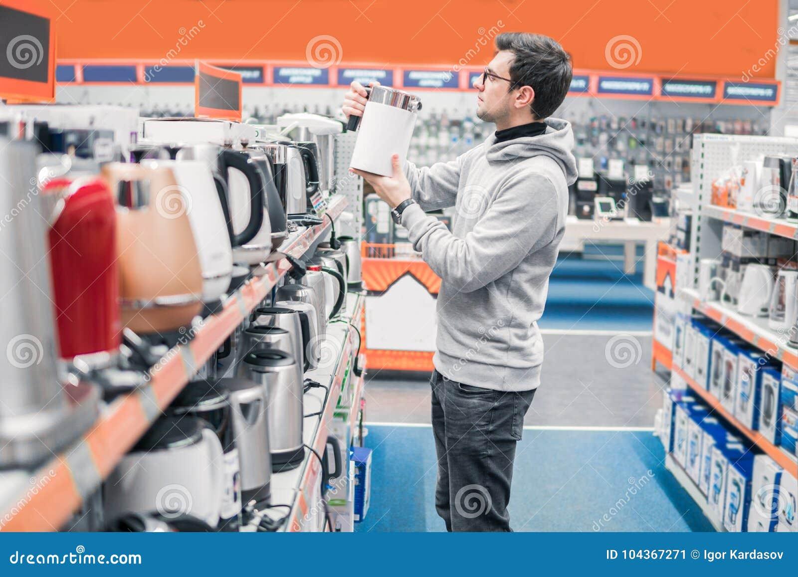Kunde wählt einen Kessel im Supermarktmall
