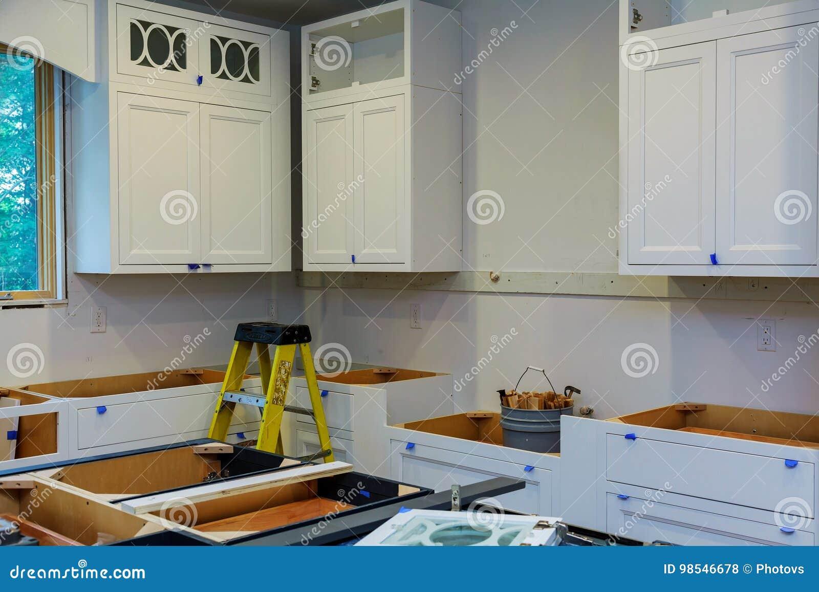 Kundenspezifische Küchenschränke In Den Verschiedenen Stadien Der ...