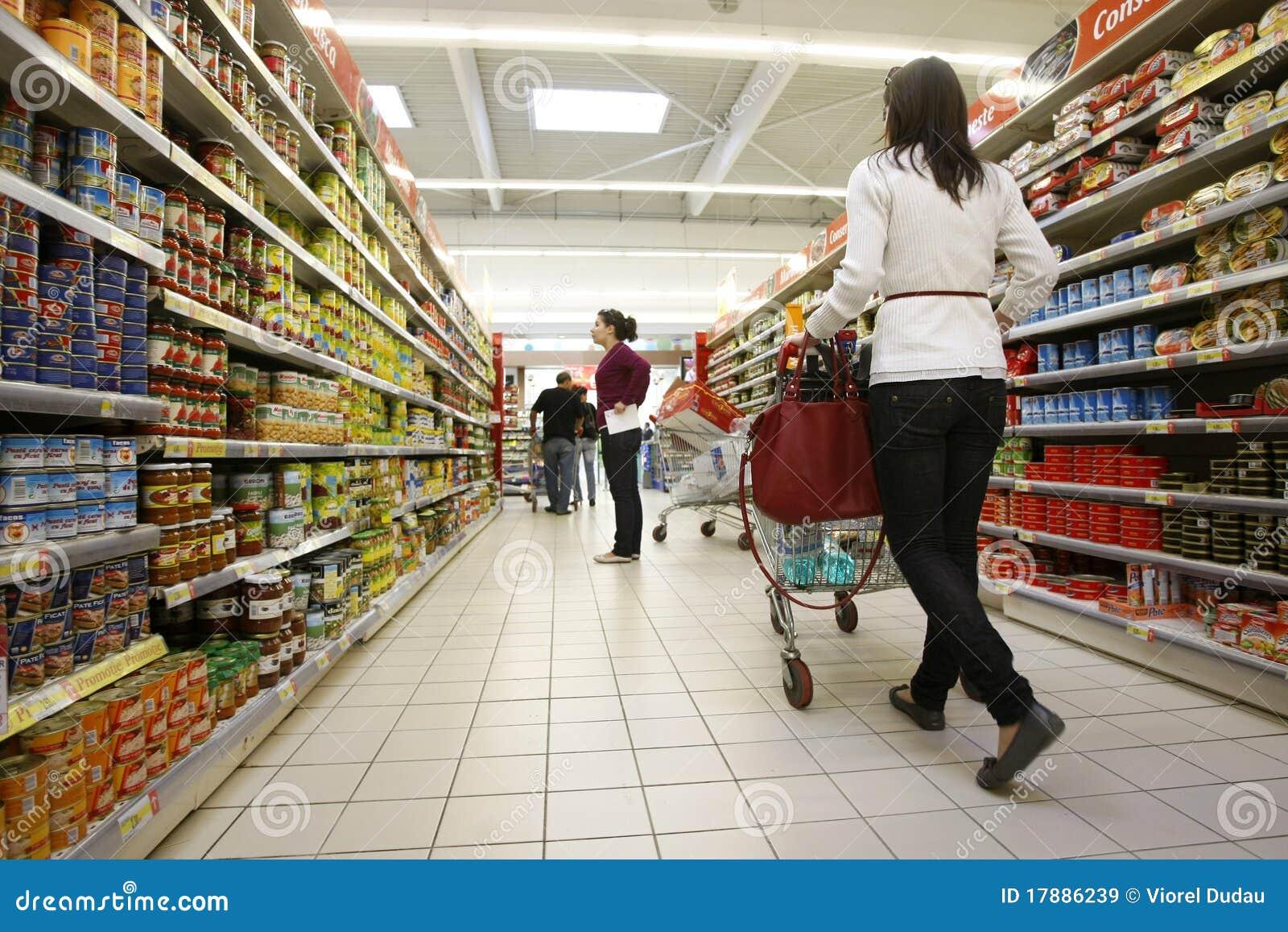 Kunder som shoppar supermarketen