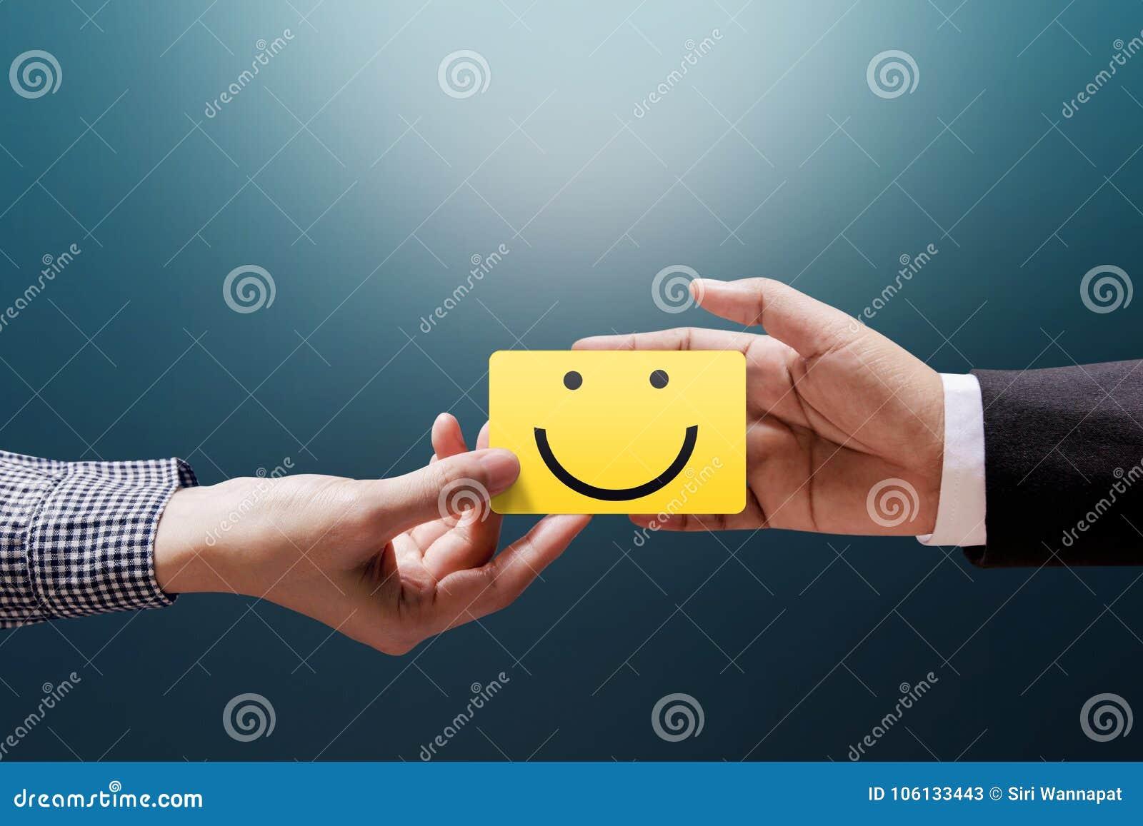 Kunderfarenhetsbegrepp, lycklig klientkvinna som ger en Feedbac