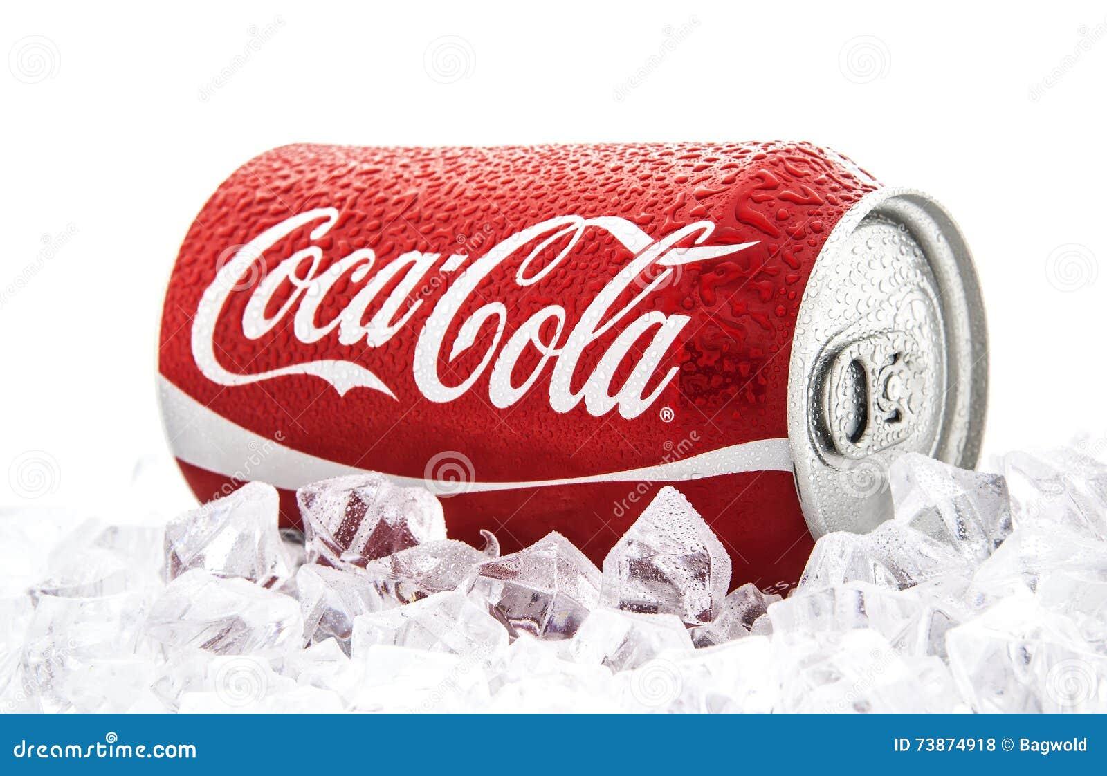 Kunna av cocaen - cola på en säng av is över en vit bakgrund