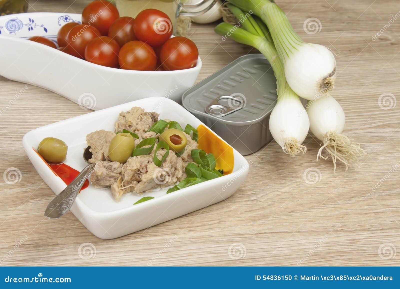 Kunna av tonfisk, ett sunt mål med grönsaker
