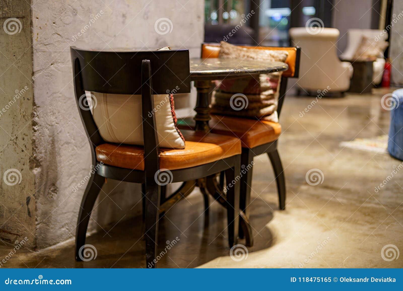 Kussens Voor Stoelen : Kunst binnenlandse plaats met stoelen lijsten en kussens binnen