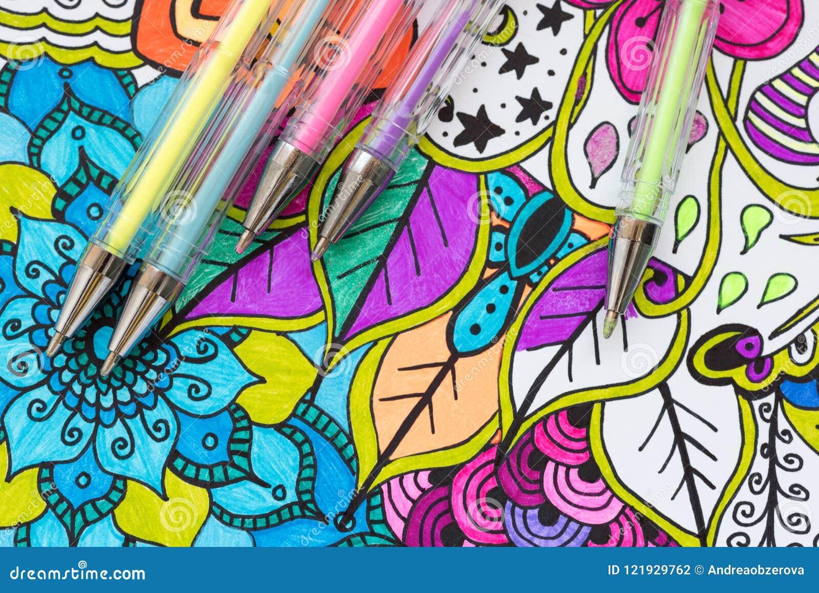 Kunst Therapie-, Gesundheits-, Kreativitäts- und Mindfulnesskonzept Erwachsene Farbtonseite mit Pastell färbte Gelschreiber, flac