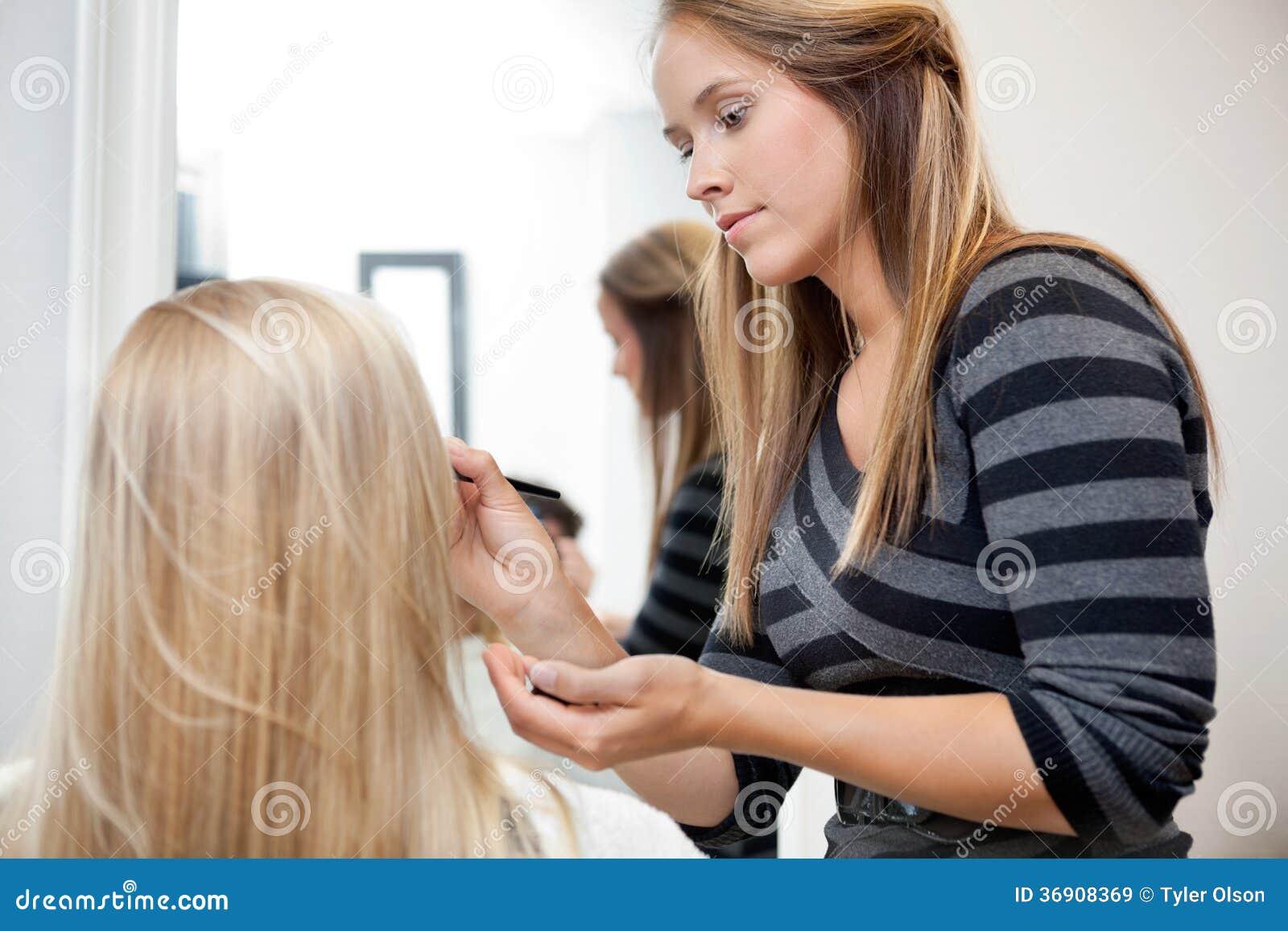 Kunstenaar Applying Make Up aan Vrouw