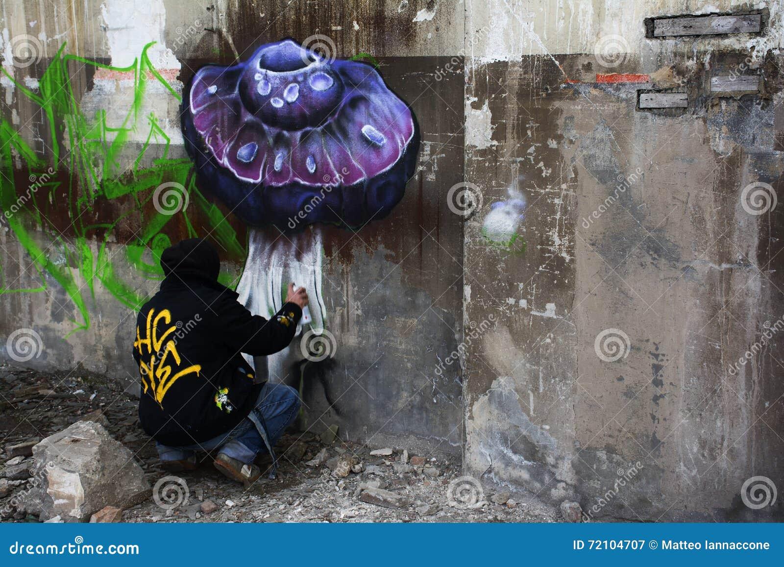 Kunstenaar met aërosol die schildert