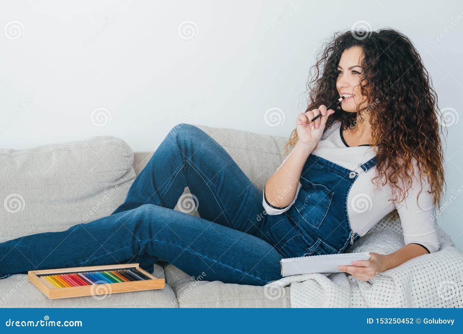 Kunsthobby vrije tijd het geïnspireerde dame ontspannen denken