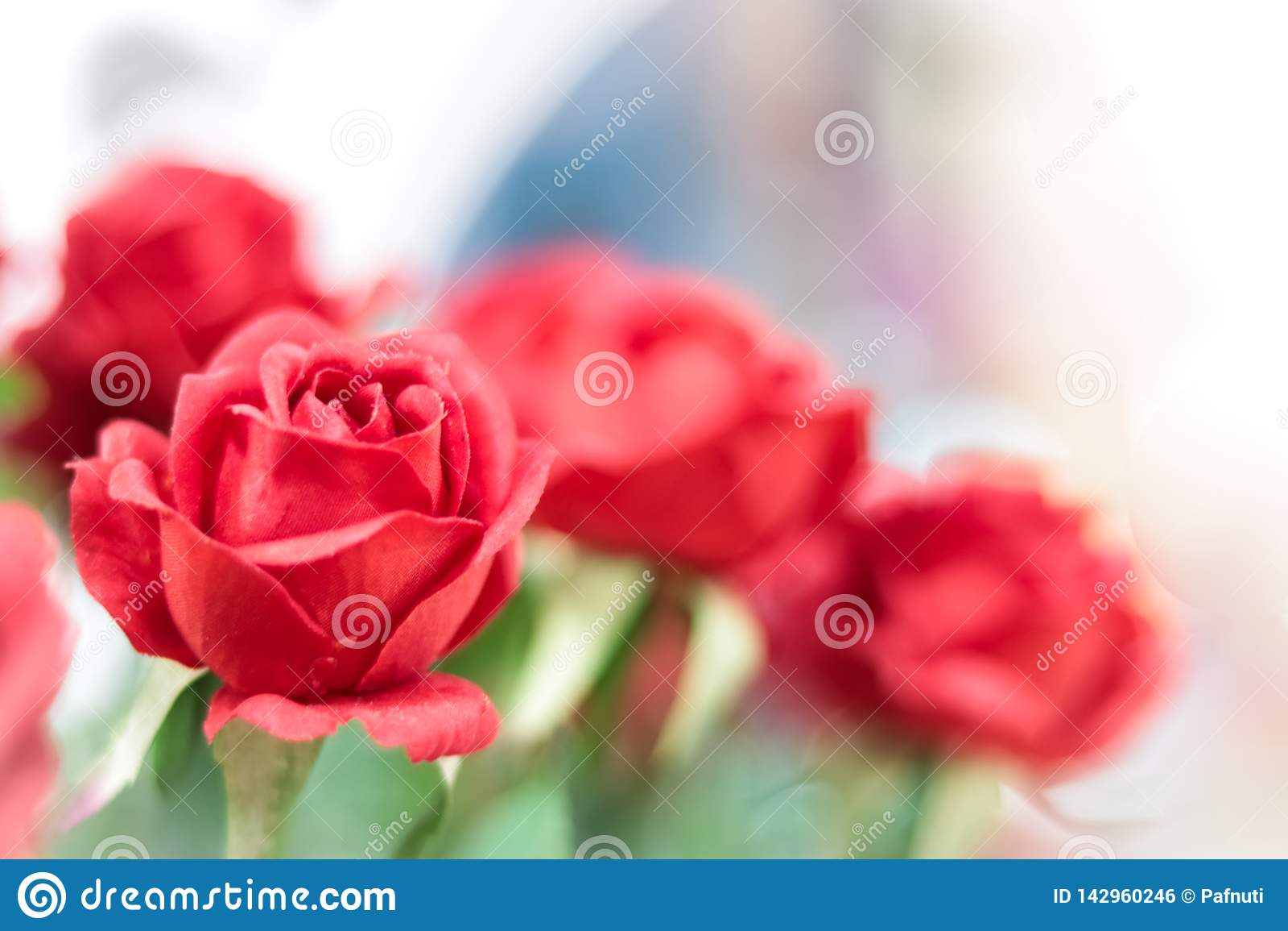 Kunstmatige rode rozen op vage achtergrond