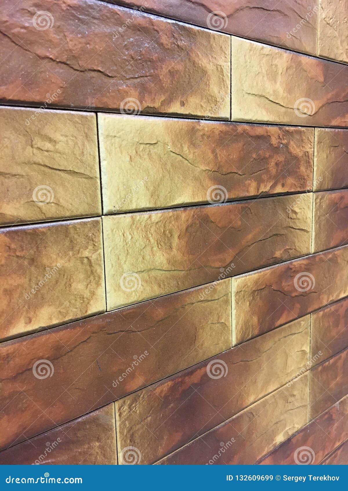 Kunstmatige steen Decoratieve muur van kunstmatige gescheurde steen Steenmetselwerk in geometrisch patroon als achtergrond of tex