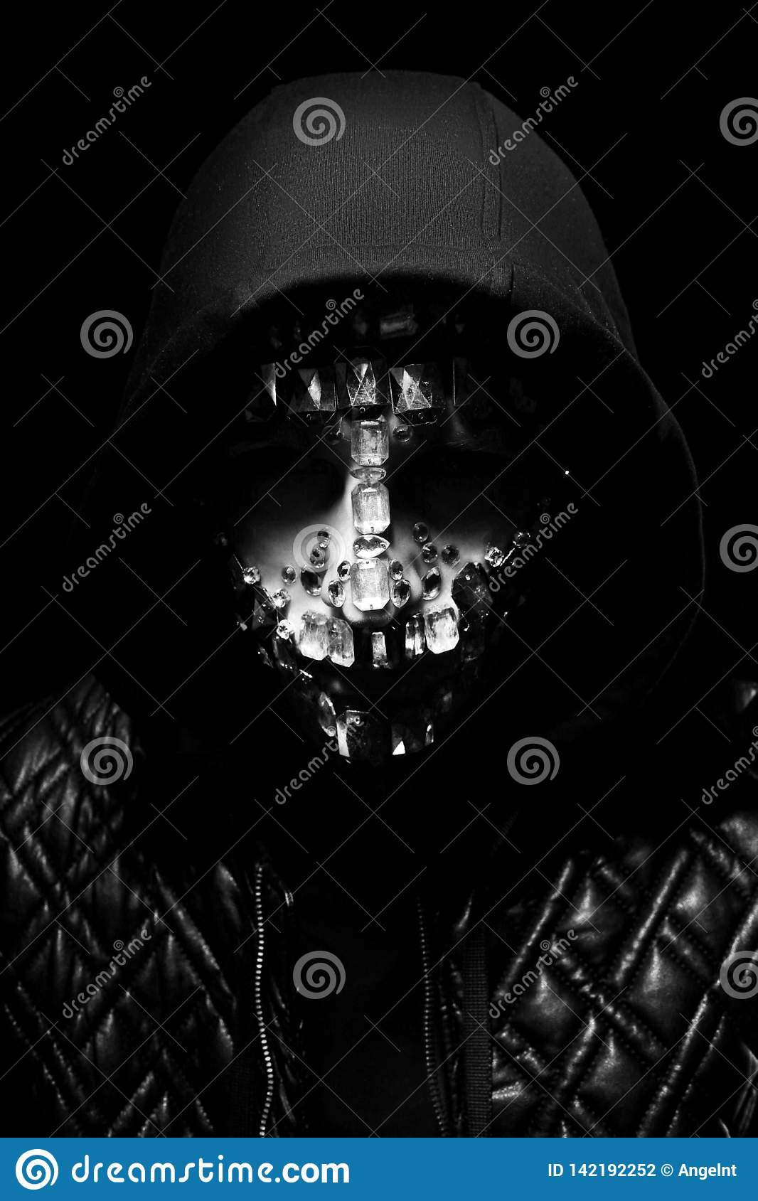 Kunstportret van een mens met een kap met grote bergkristallen op zijn gezicht Geheimzinnige mystieke verschijning van een mens D