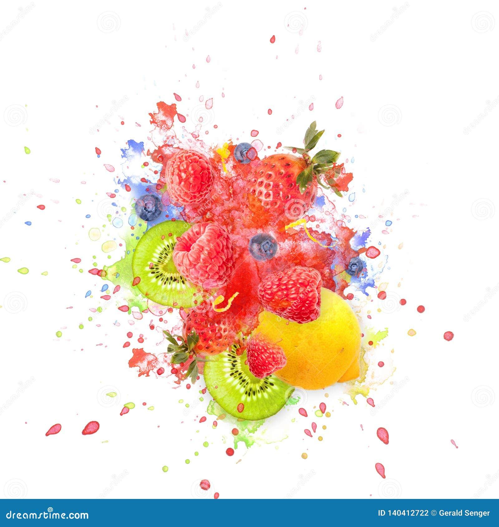 Kunstvoll und entwarf liebevoll Fruchtexplosion mit Himbeeren, Brombeeren, Erdbeeren, Kiwis, Zitrone und Wasser