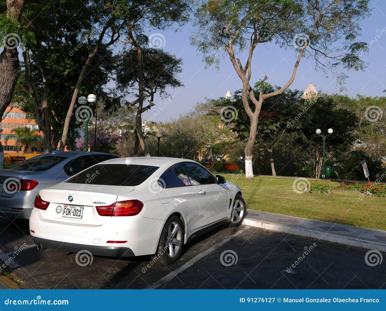 Kupé BMW 420i som för två dörrar parkeras i Barranco, Lima