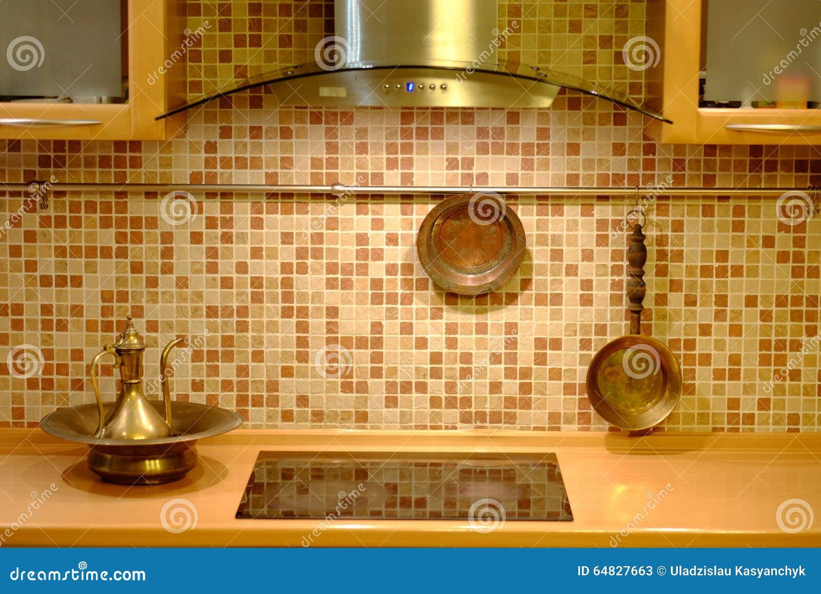 Kupfernes Kochgeschirr Auf Kuchenwand Stockbild Bild Von Innen