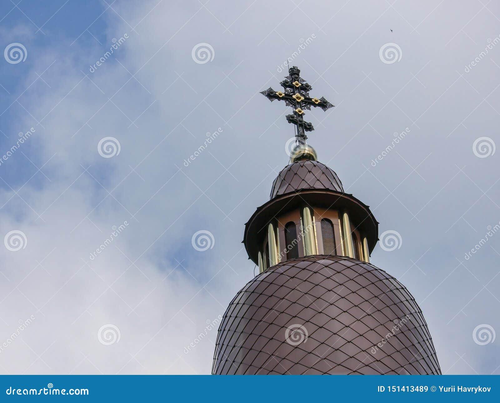 Kupolen av en kristen tempel mot en blå sommarhimmel