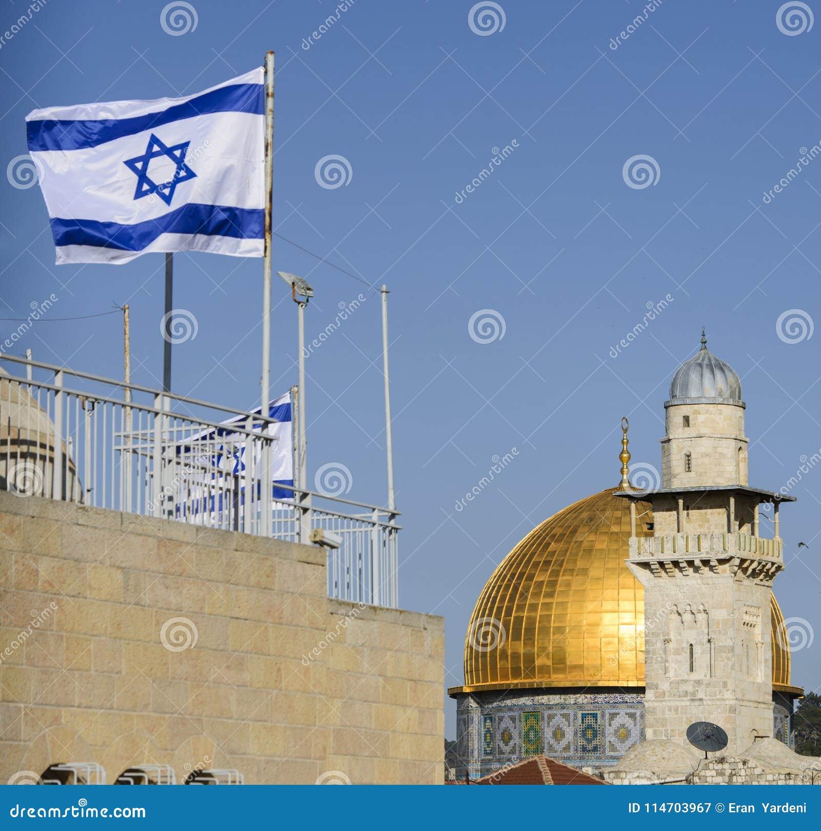 Kupolen av vagga och en moské med en israelisk flagga, jerusalem, Israel