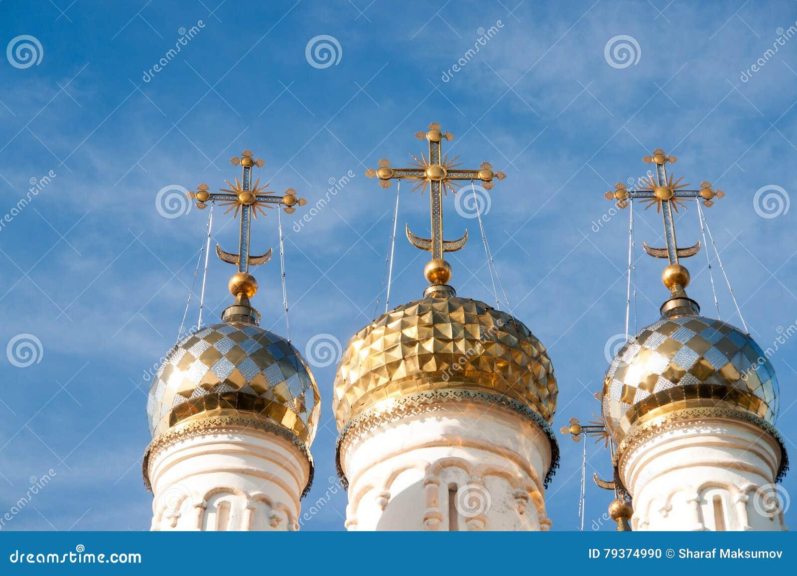 Kupoler av ortodox kyrktar över den blåa himlen, den Ryssland, Ryazan Kreml