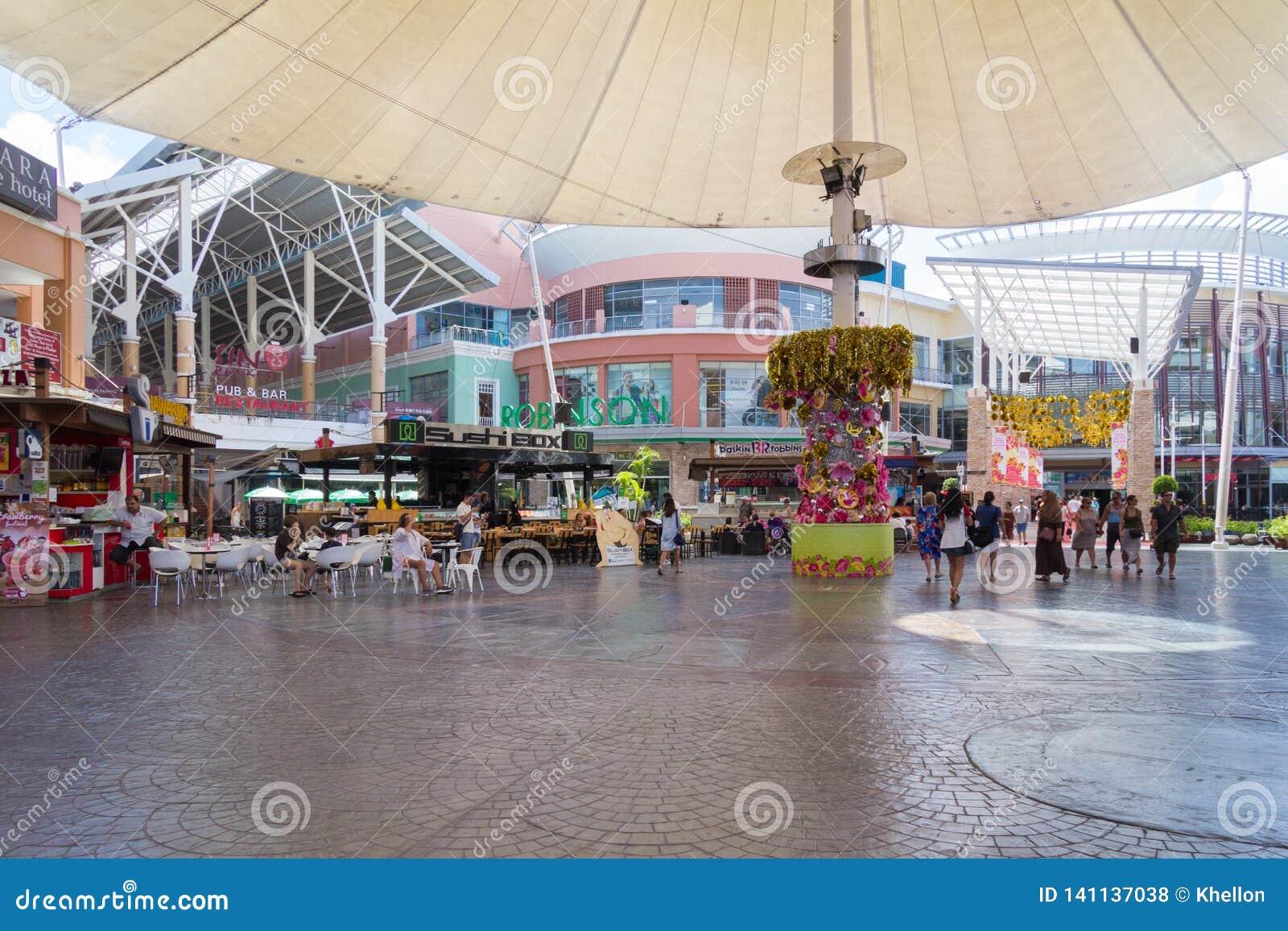 Kupujący chodzą przez rozrywka terenu w Junga Ceylon centrum handlowym, Patong, Phuket, Tajlandia