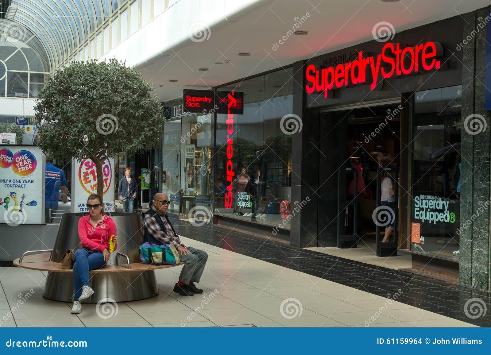 Kupujący robi zakupy w Chelmsford Anglia