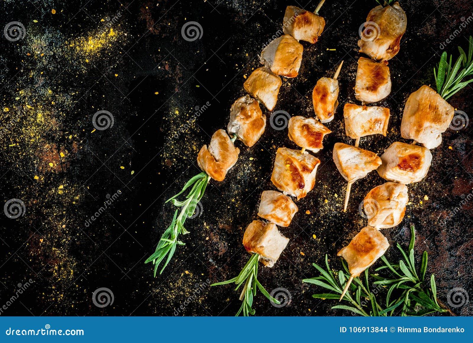 Kurczaków skewers z rozmarynami