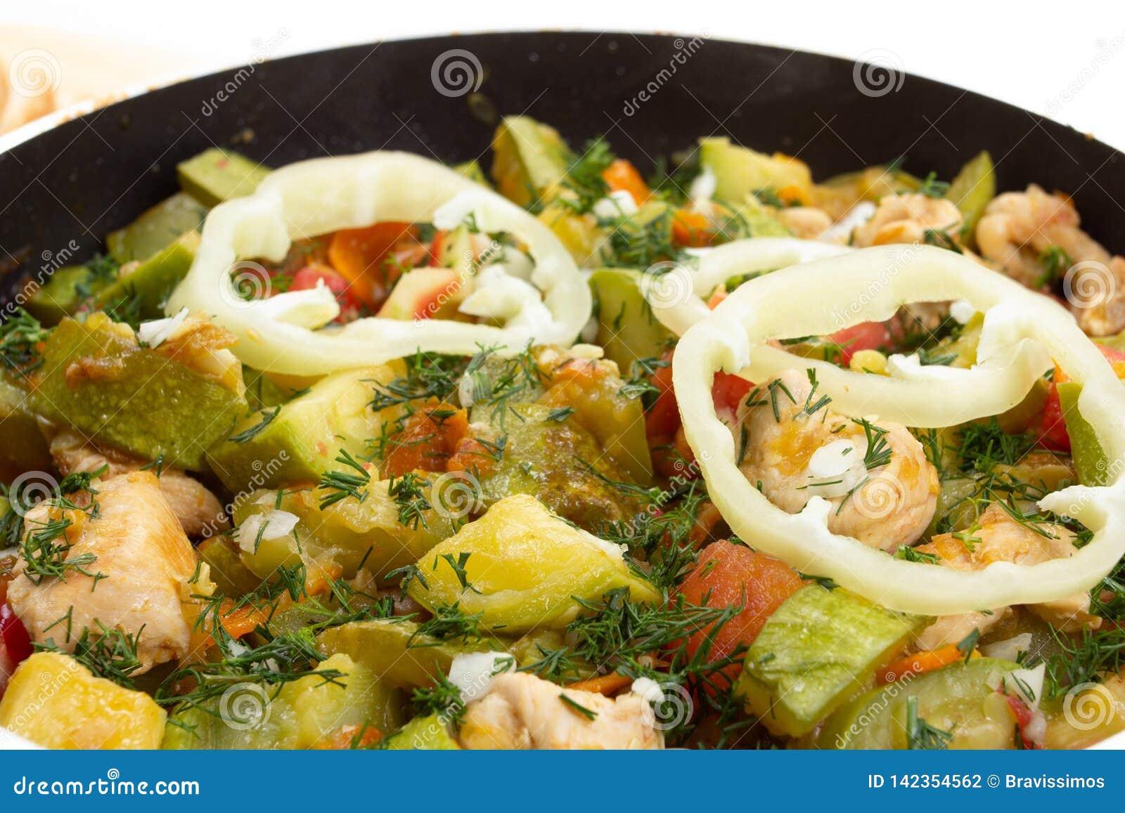 Kurczak marchewka i zucchini na niecki jarzynowym jedzeniu, gotuje