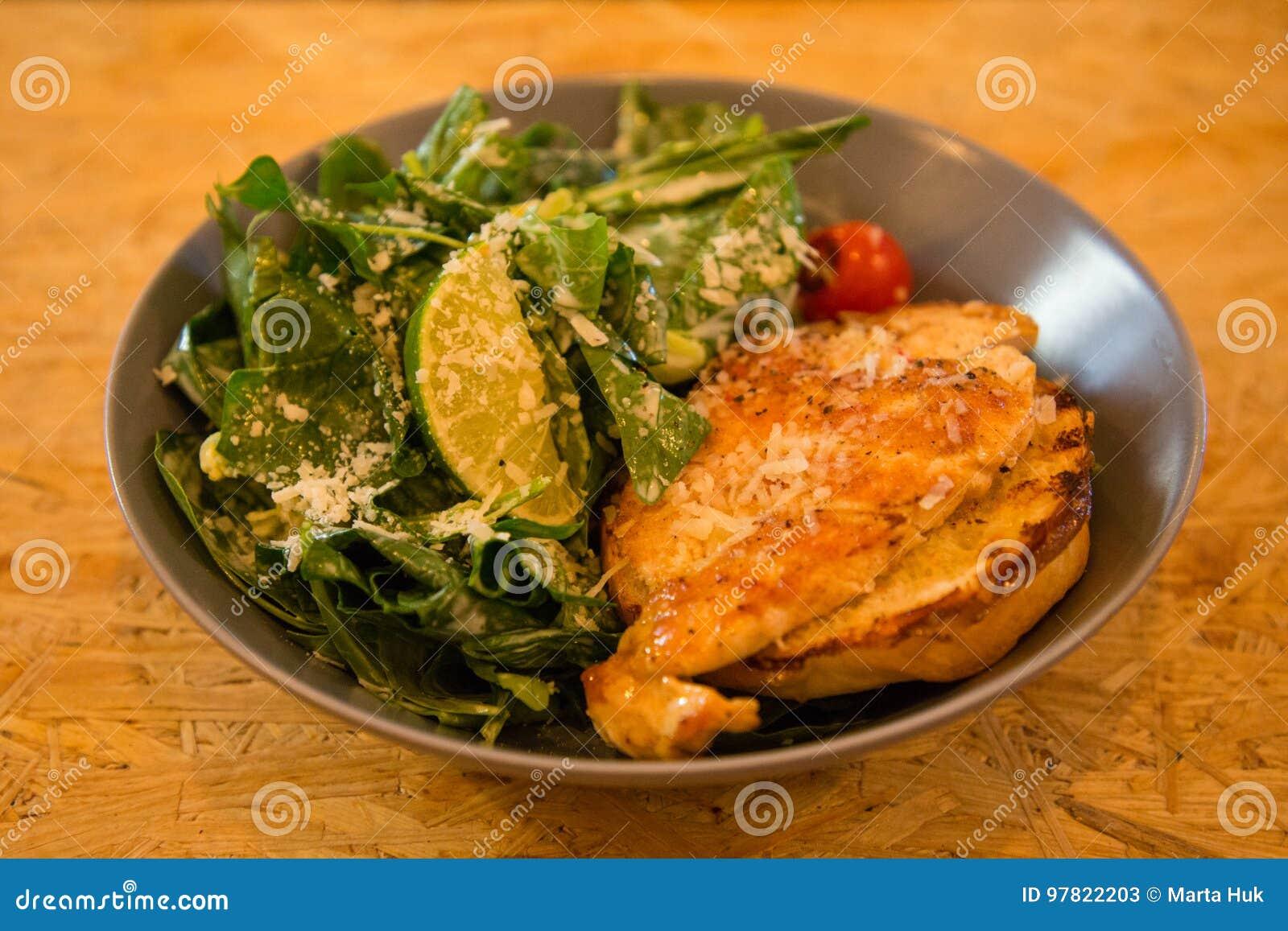 Kurczak piec na grillu sałatki na talerzu z cytryną i warzywami