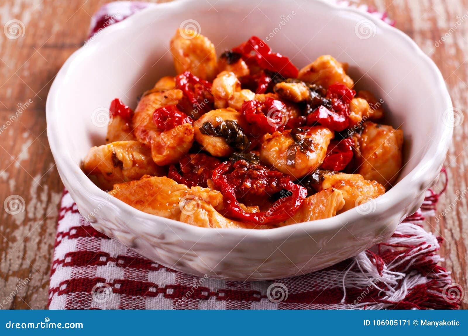 Kurczak polędwicowy z słońce wysuszonym pomidorem