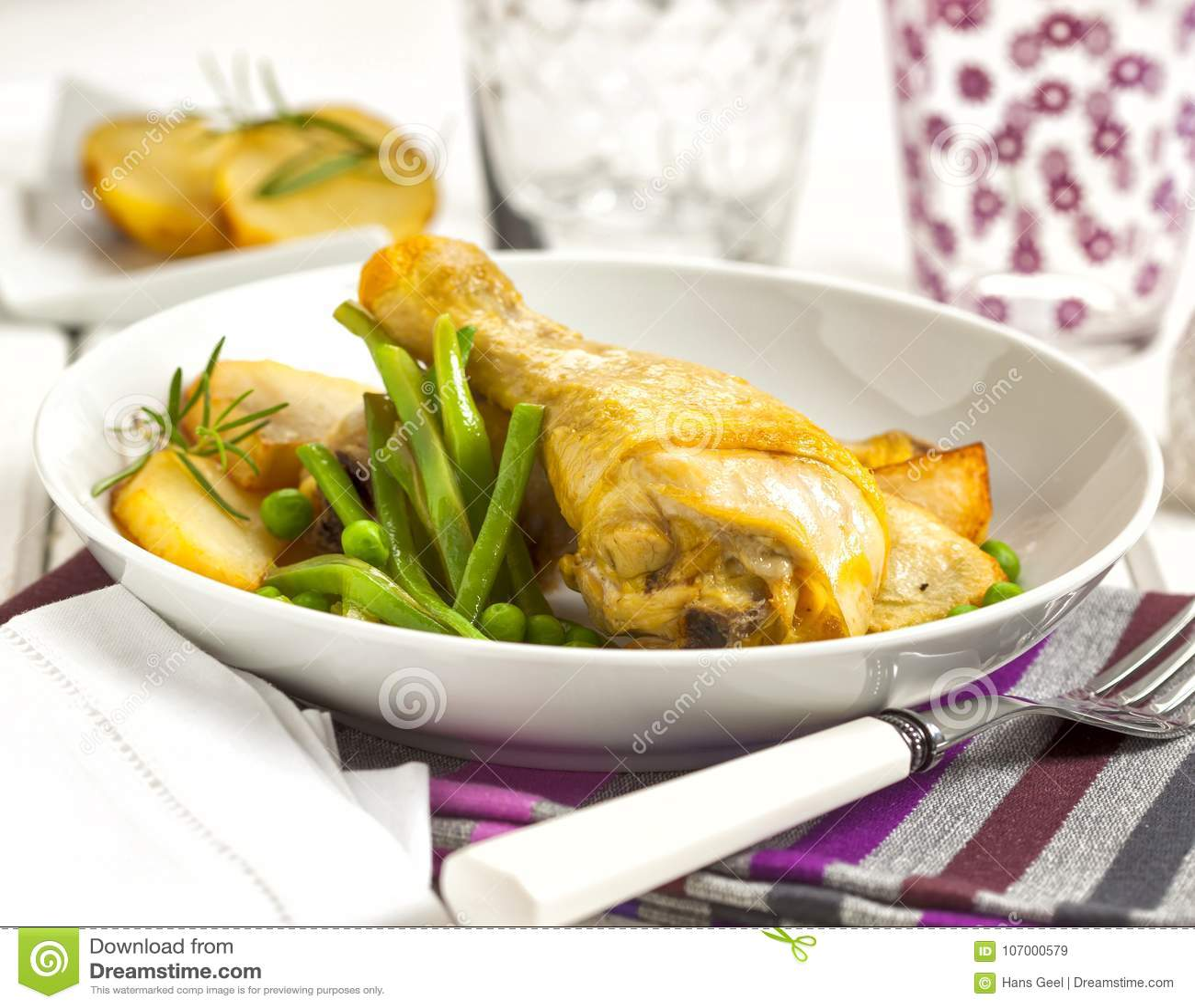 Kurczak słuzyć z grulami, grochami i fasolami,