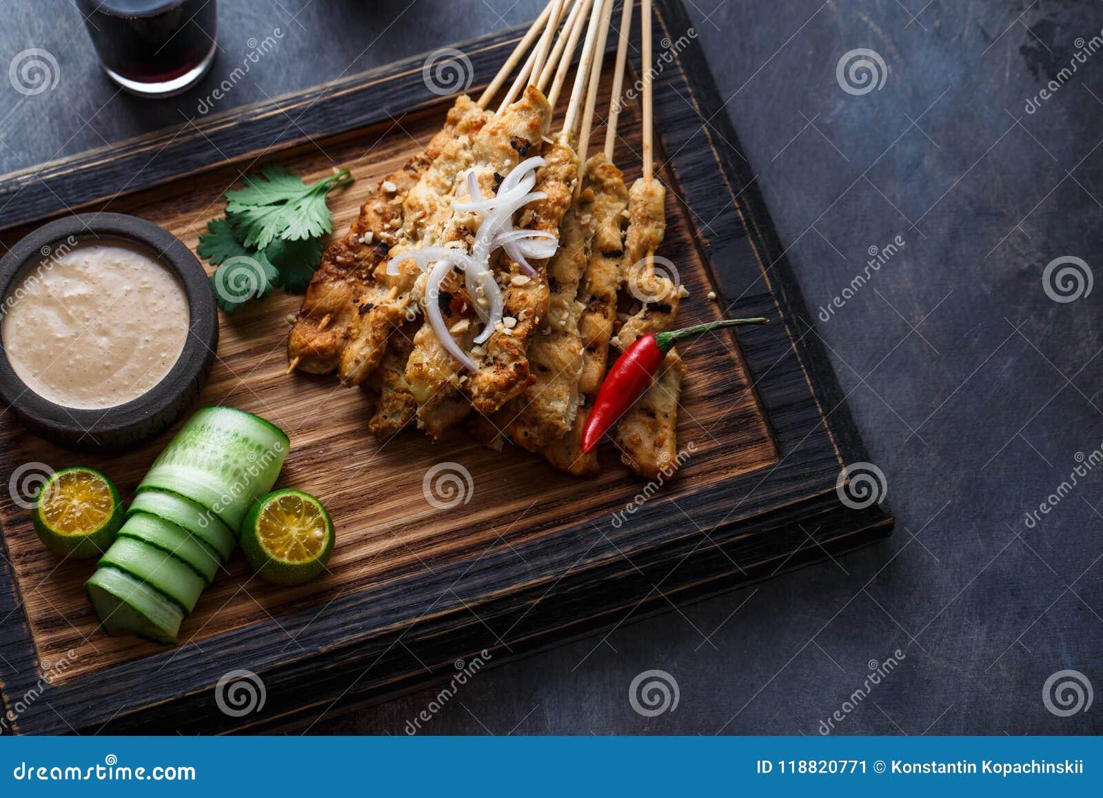 Kurczak Satay Ayam lub Sycący - malezyjczyka sławny jedzenie Jest naczynie kraszony, skewered i piec na grillu mięso, słuzyć z a