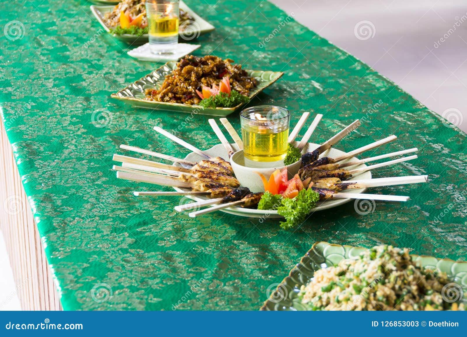 Kurczak Satay piec na grillu na Bambusowych kijach, typowy Tajlandzkim lub Indonesi,