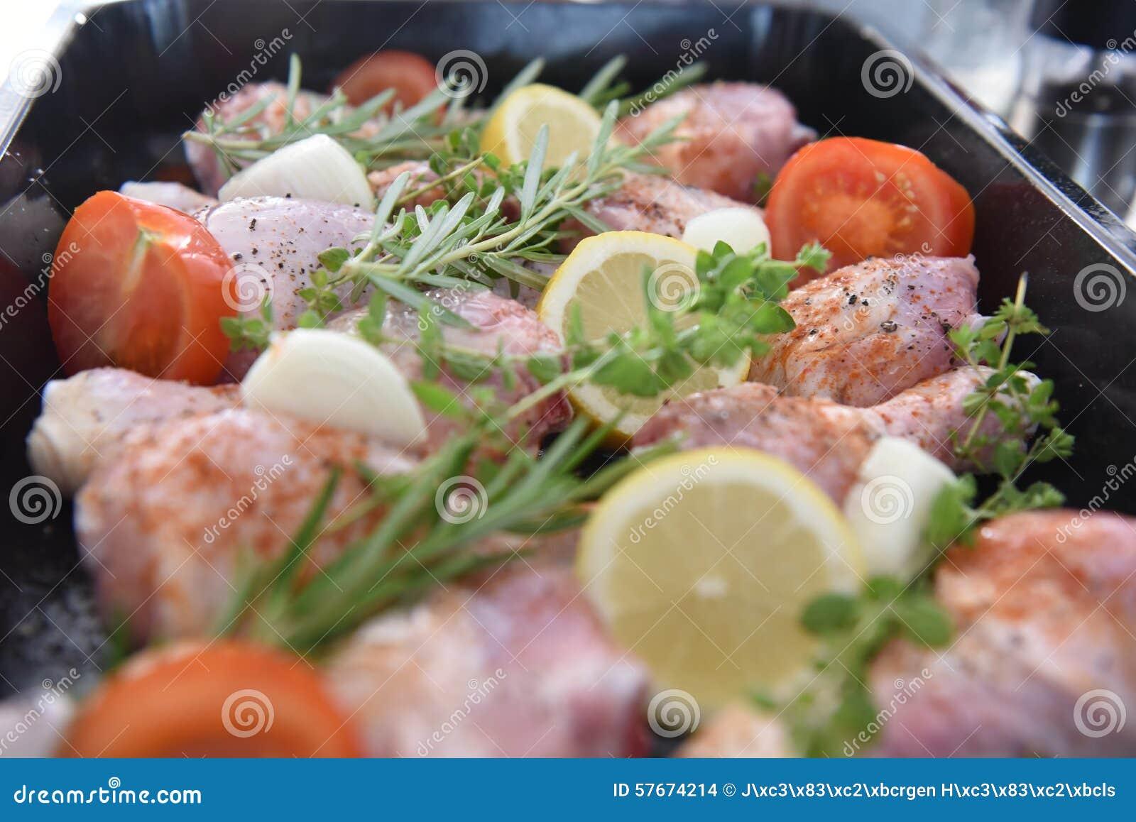 Kurczak w piekarniku dla gościa restauracji