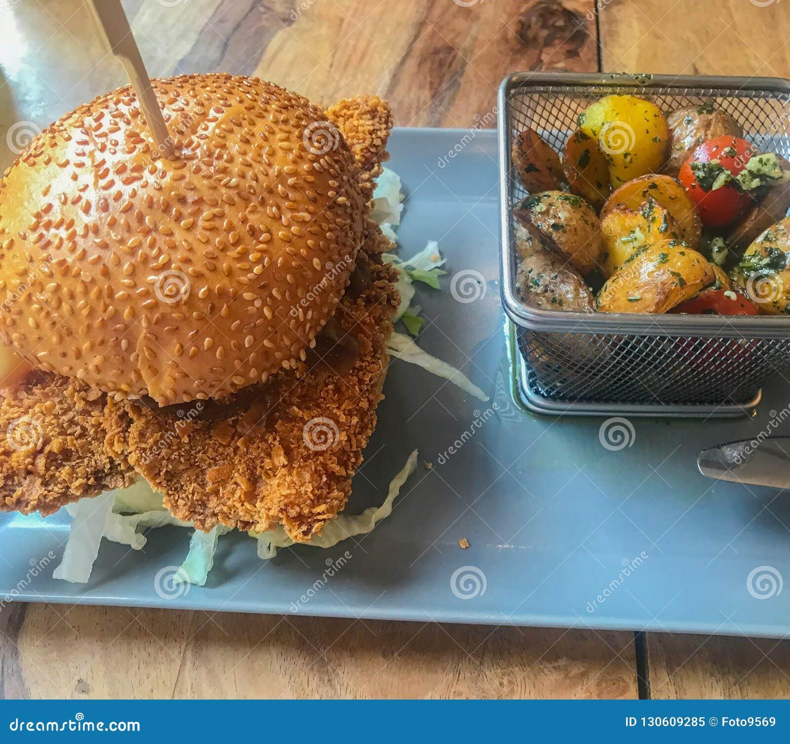 Kurczaka hamburger na talerzu