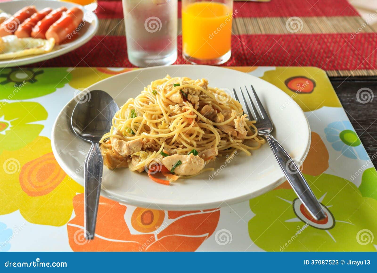 Download Kurczaka spaghetti obraz stock. Obraz złożonej z jedzenie - 37087523