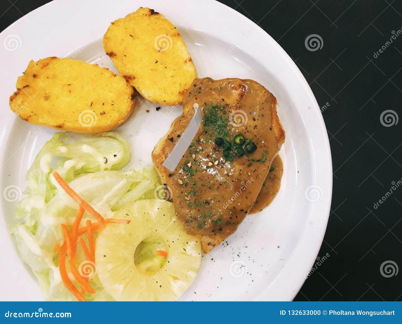 Kurczaka stek z czosnek sałatką i chlebem