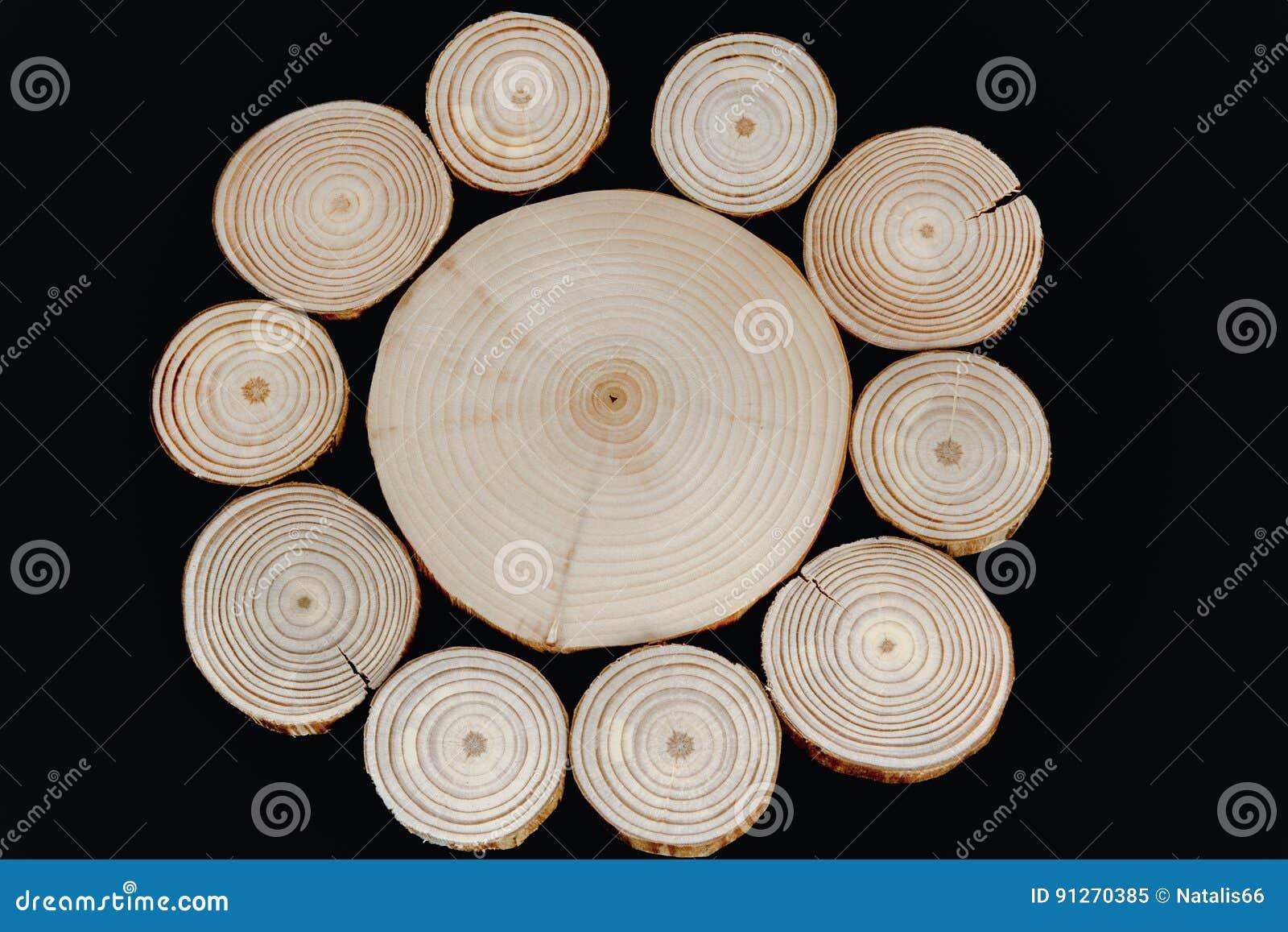 Kurenda wzór od poprzecznego drewnianego saw ciie na czarnym backgr