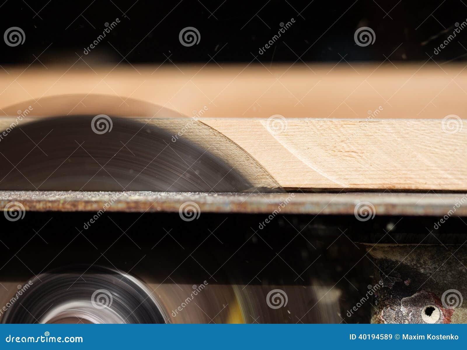 Kurenda zobaczył tnącego drewno