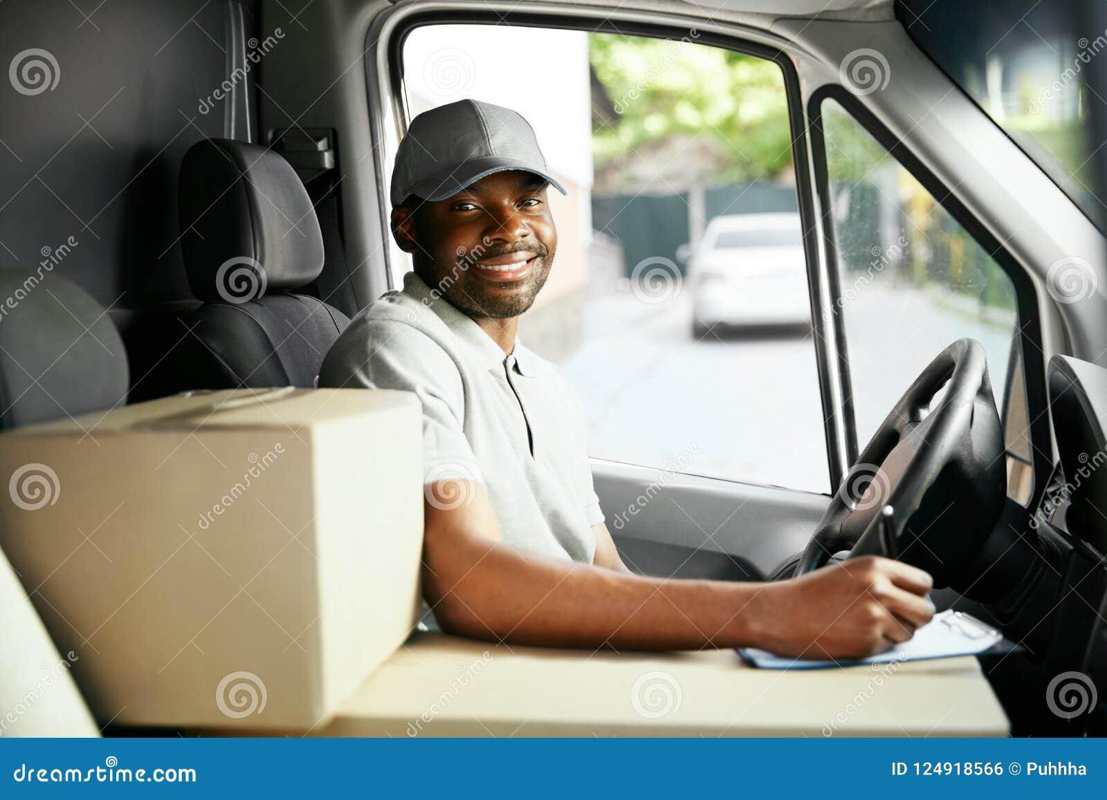 Kurir Delivery Svart manchaufför Driving Delivery Car