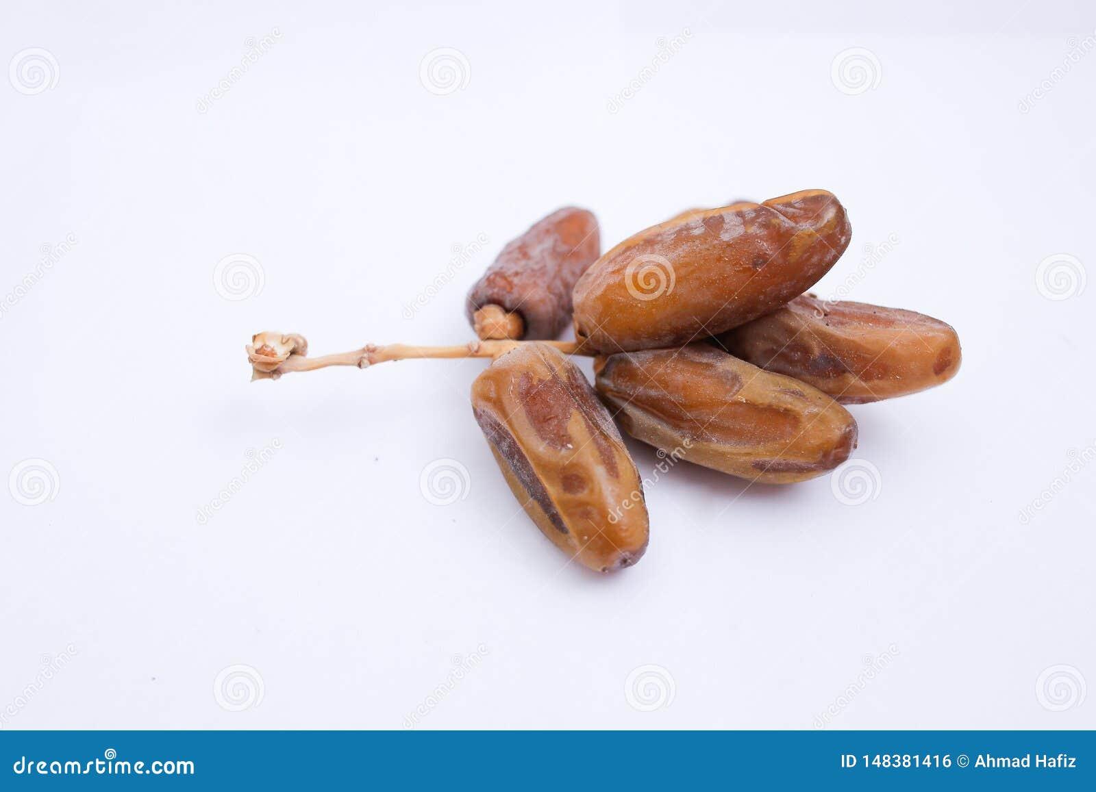 Kurma ou frutos das datas isolados no fundo branco