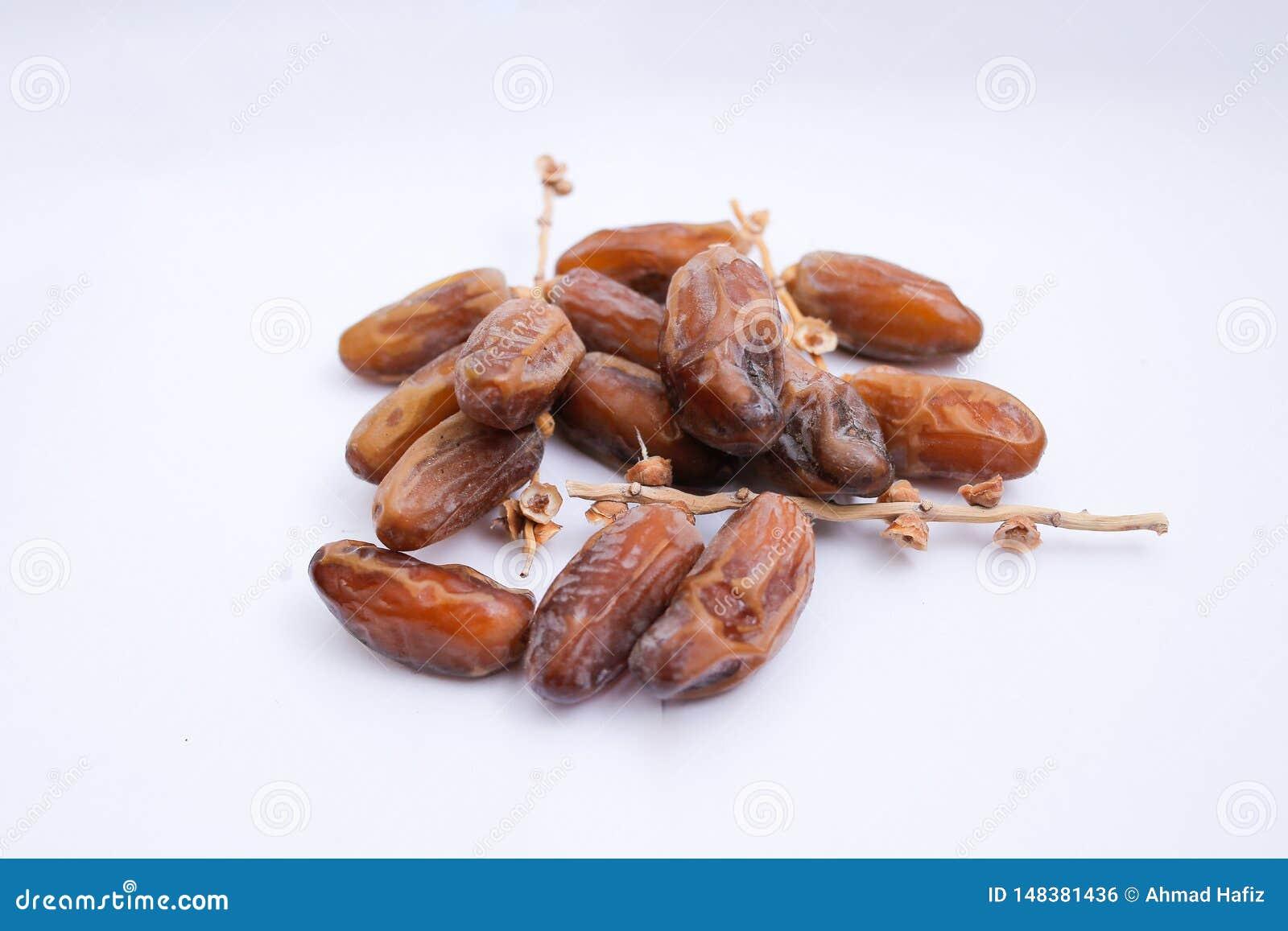 Kurma ou frutos das datas isolados no fundo branco para Ramadhan