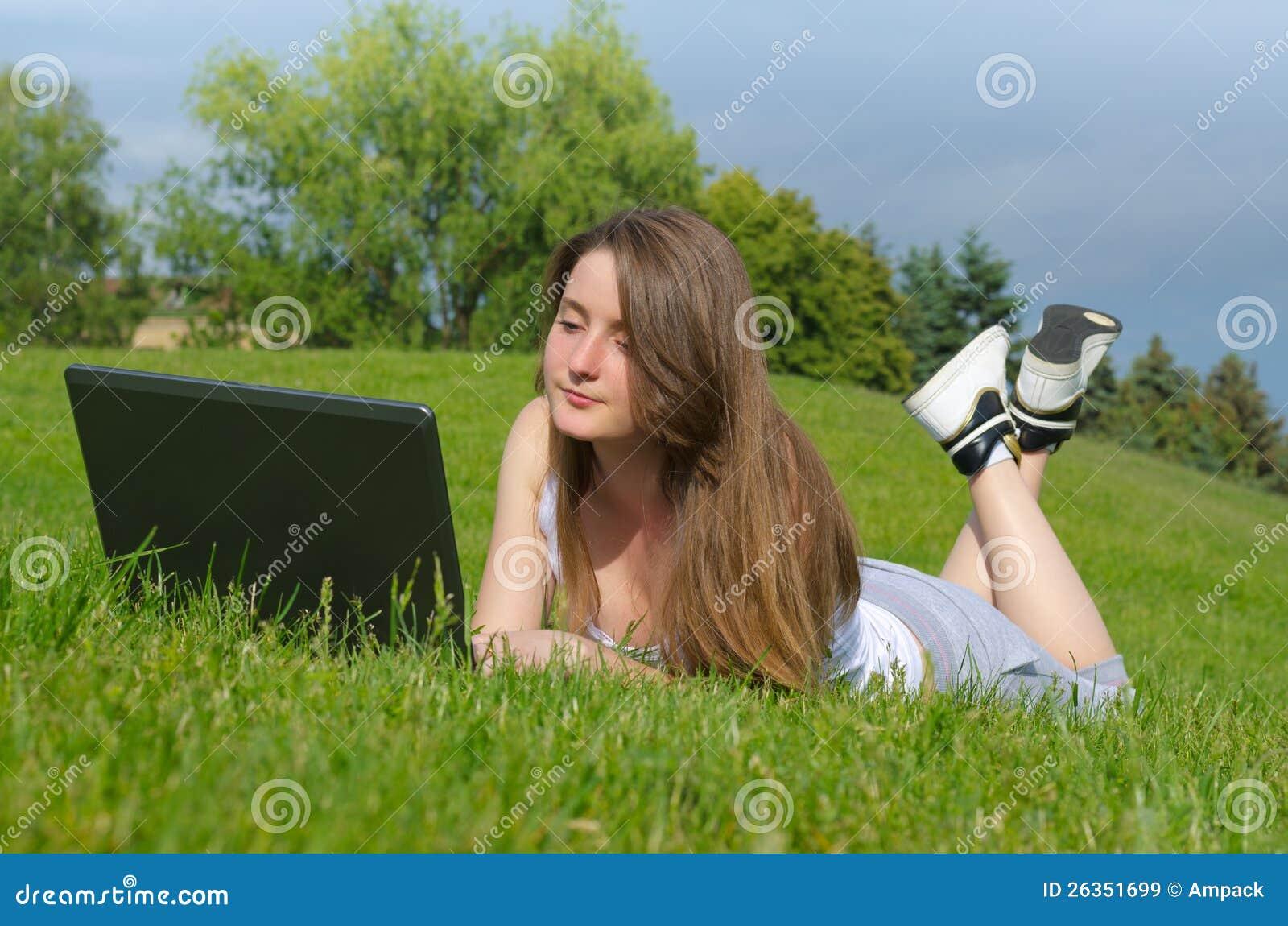 Kursteilnehmer, der draußen auf ihrem Laptop studiert