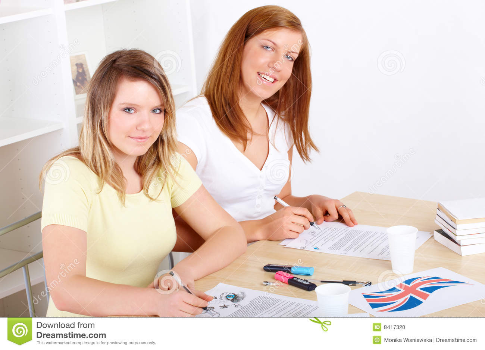Kursteilnehmer, die am Schreibtisch erlernen