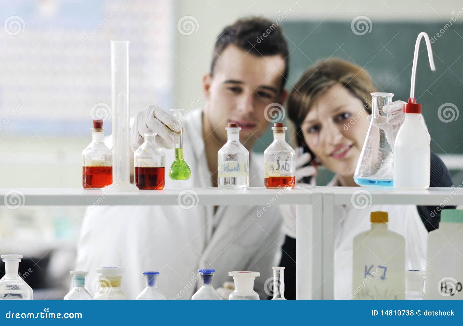 Kursteilnehmer verbinden im Labor