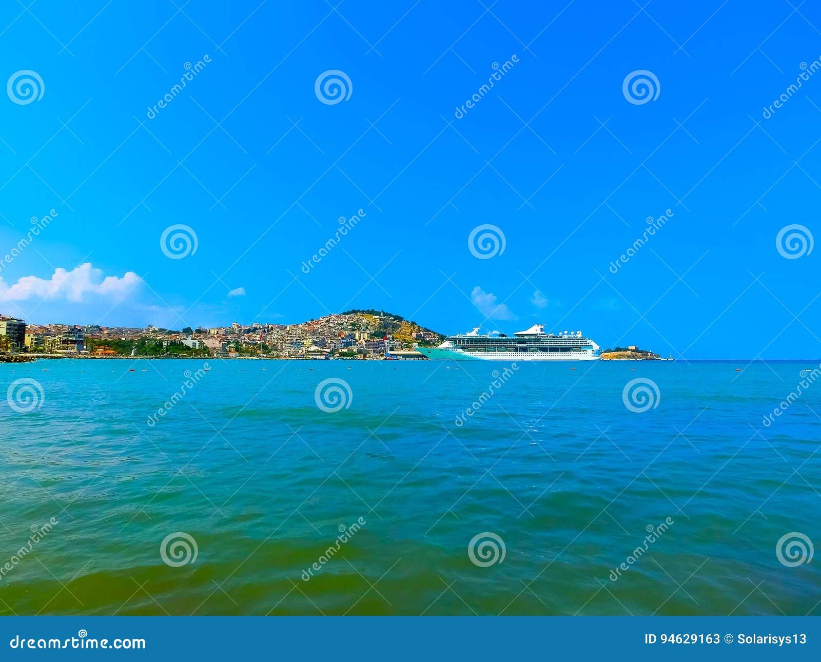 Kusadasi, Turquía - 9 de junio de 2015: Esplendor del barco de cruceros de los mares por el International del Caribe real en el p