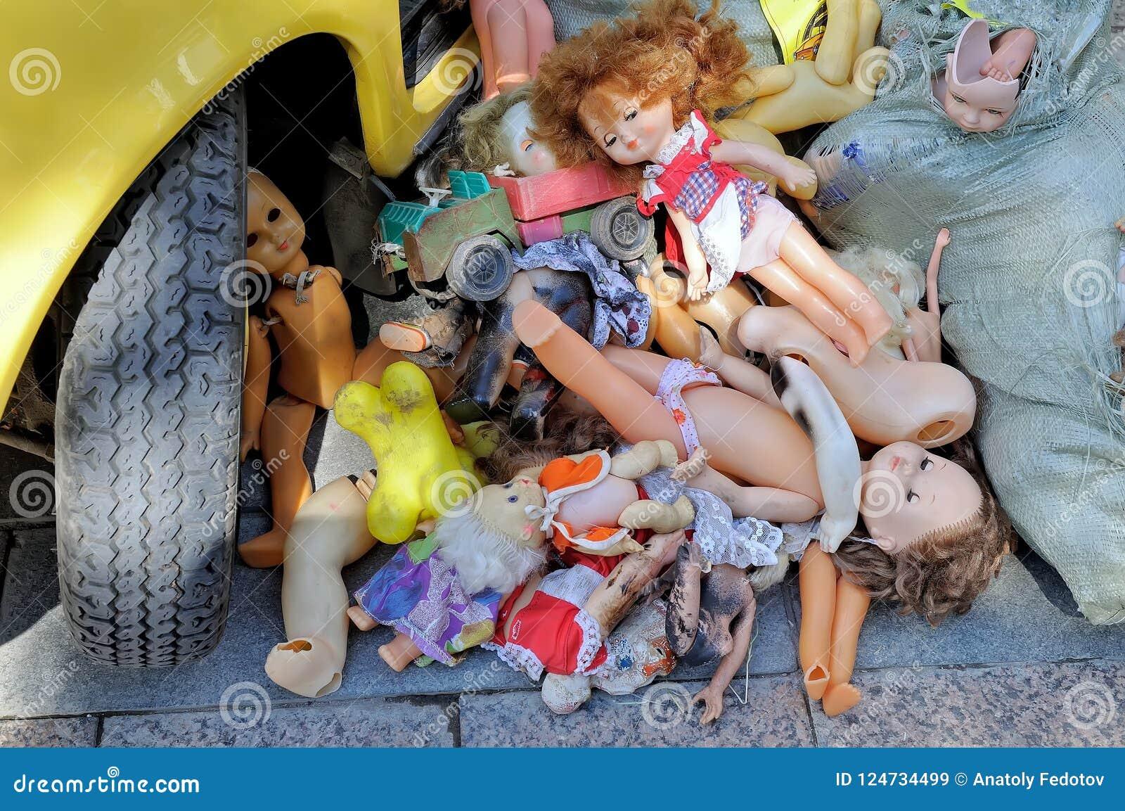 Kusliga övergav dockor för barn` s