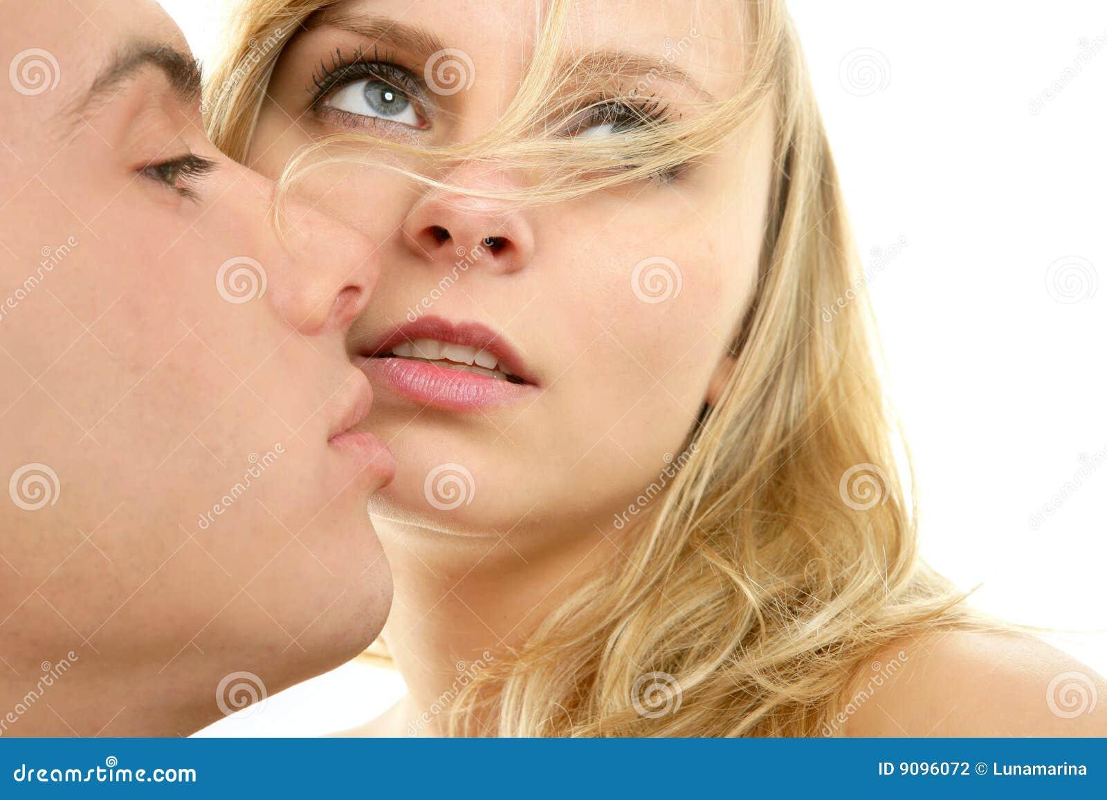 Kuss-Nahaufnahmeportrait der Paare natürliches