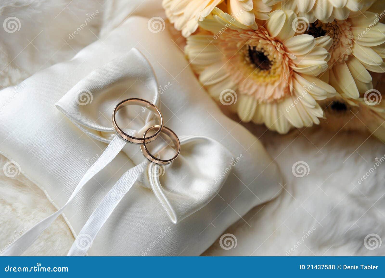 Kussen met lippenstift : Kussen met trouwringen royalty vrije stock foto s afbeelding