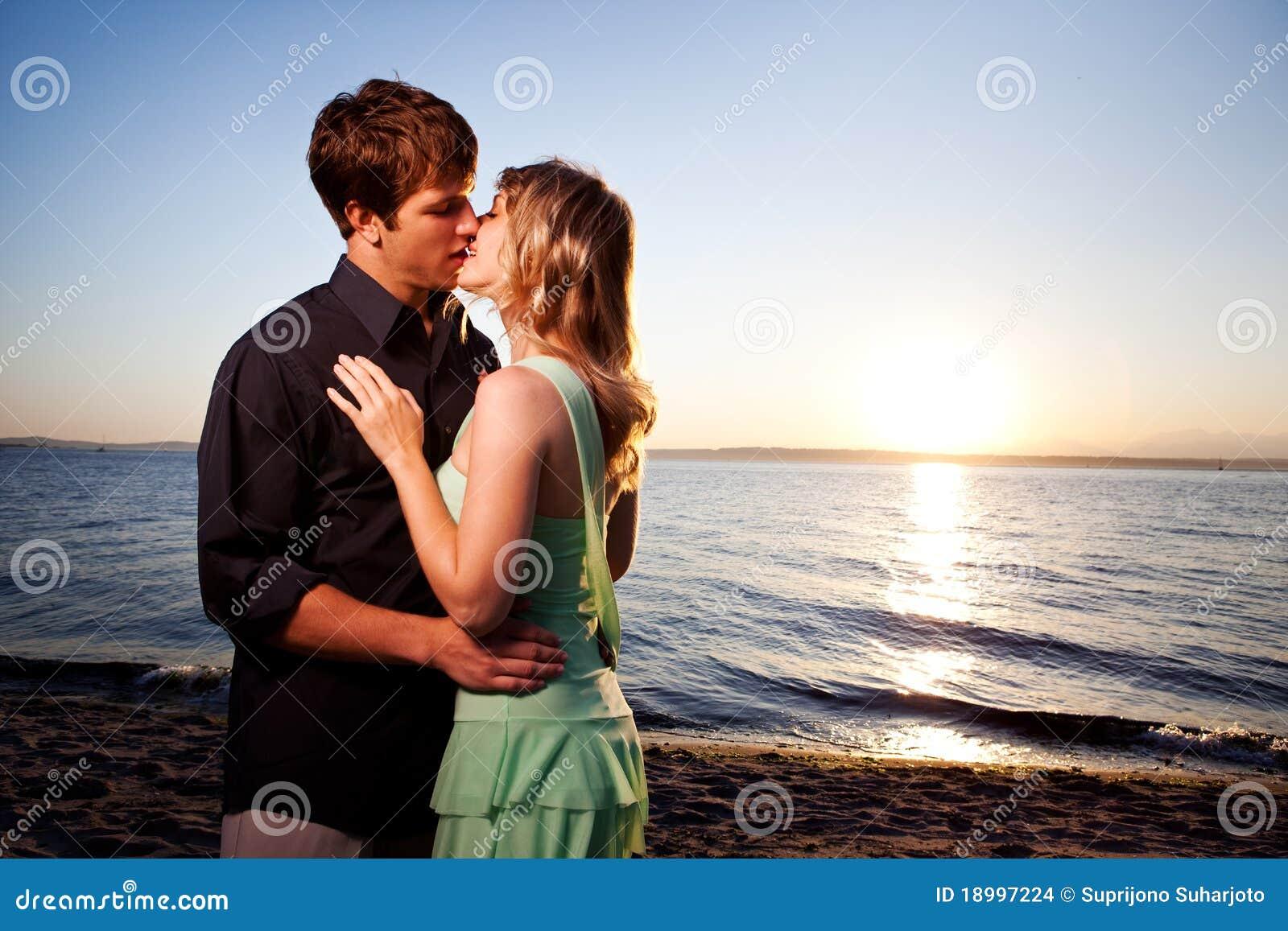 Kussend romantisch paar