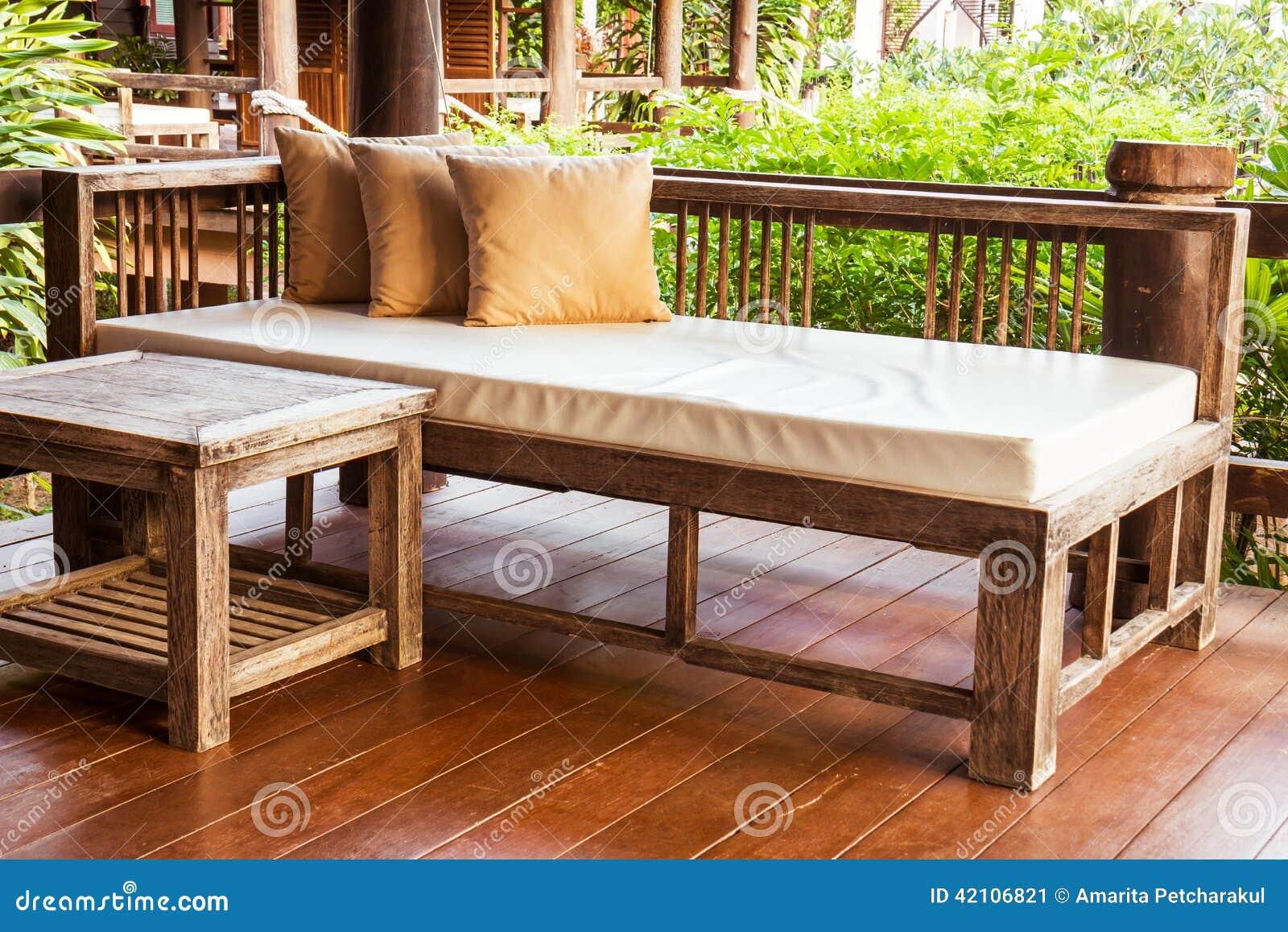kussens op houten bank met kunstlederzetel stock