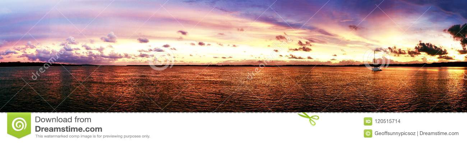 Kust- soluppgångpanorama för storartat ljust moln australasian