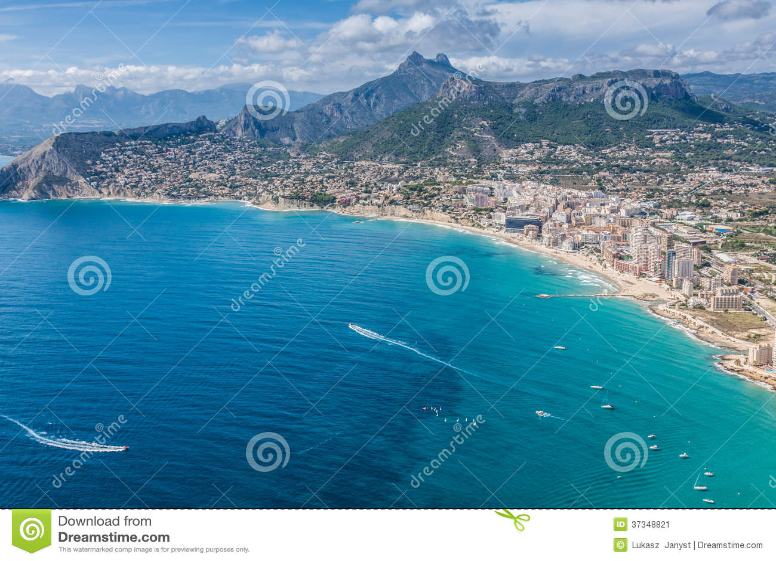 Kustlinje av den medelhavs- semesterorten Calpe, Spanien med havet och sjön